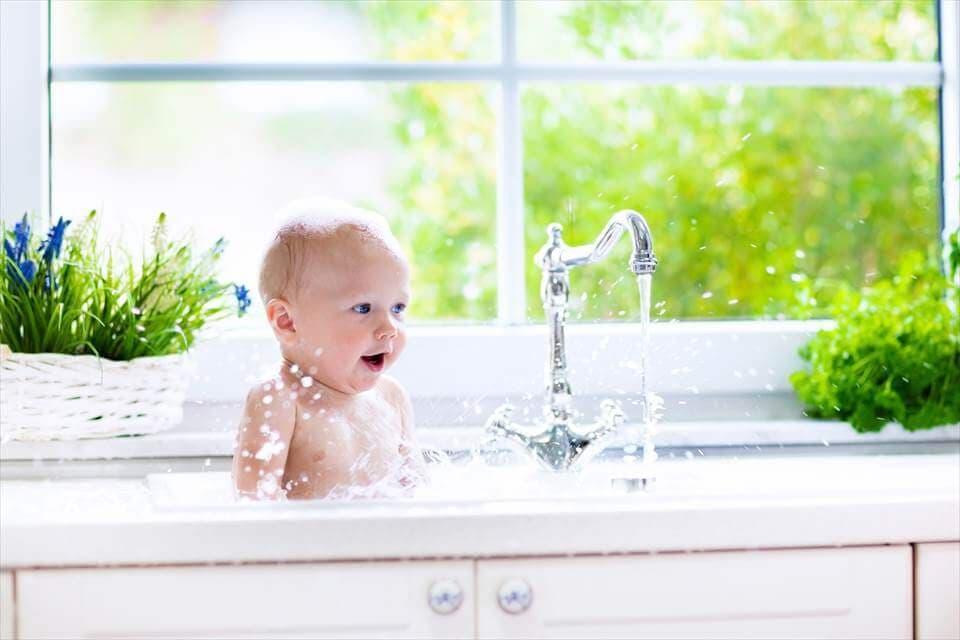 洗面所に入る赤ちゃん