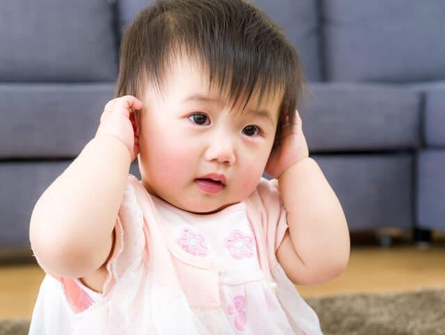 耳を痛がる赤ちゃん
