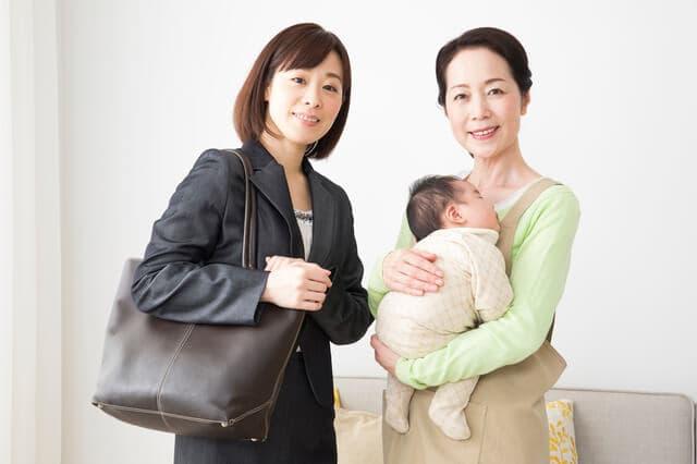 2人の女性と赤ちゃん