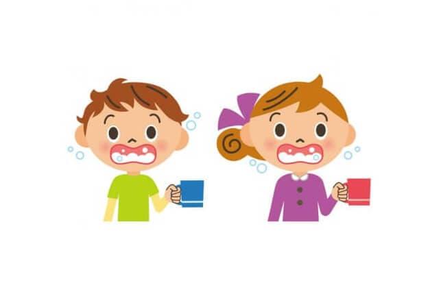 うがいをする男の子と女の子のイラスト