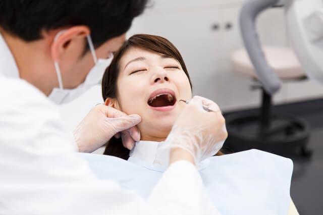 歯の治療をする女性
