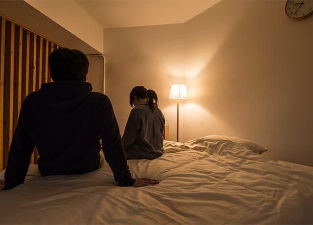 寝室にいる夫婦