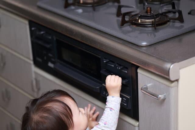 コンロを触る赤ちゃん