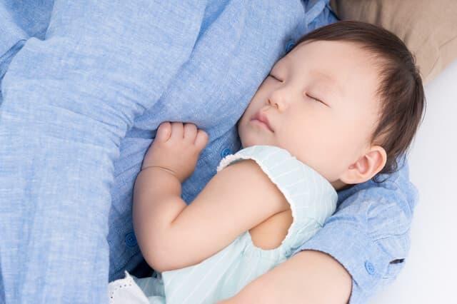 抱かれて眠る赤ちゃん