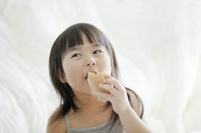 パンを食べる子供