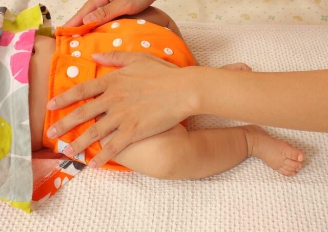 布おむつをする赤ちゃん