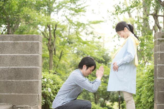 安産祈願する夫婦