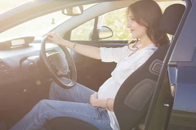 運転する妊婦