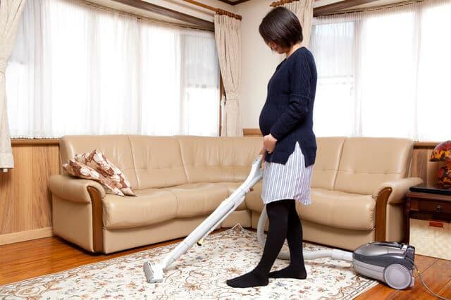 掃除機をかける妊婦