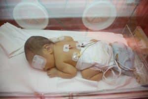保育器で眠る赤ちゃん