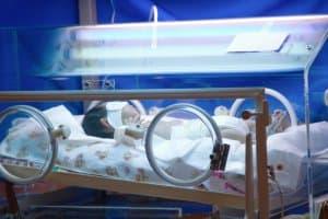 集中治療室の赤ちゃん