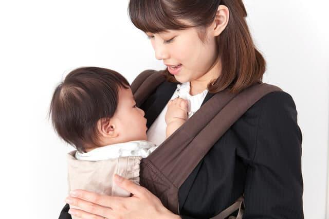 母親に抱かれる子ども
