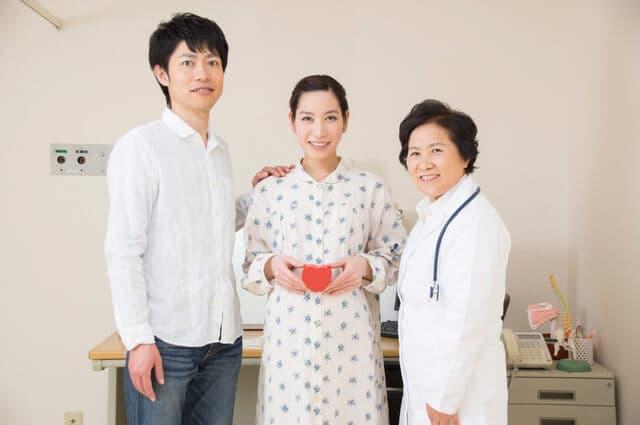 医師と若い夫婦
