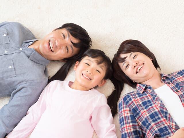 寝転がる三人家族
