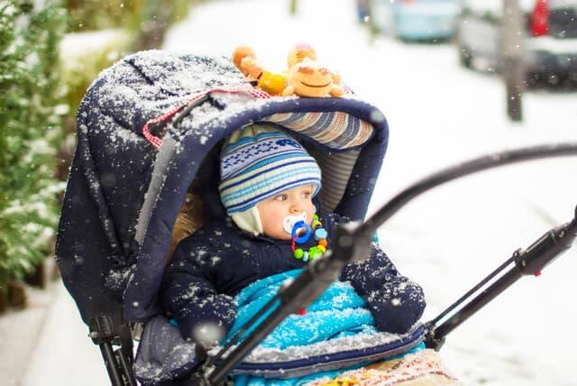 冬に散歩中の赤ちゃん