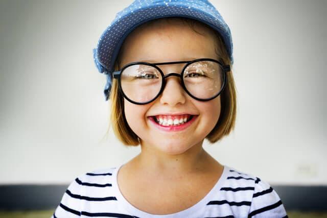 メガネをかける子供