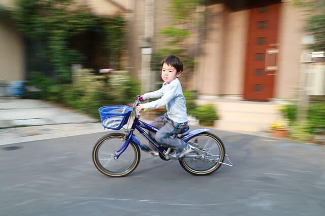 自転車に乗っている子ども