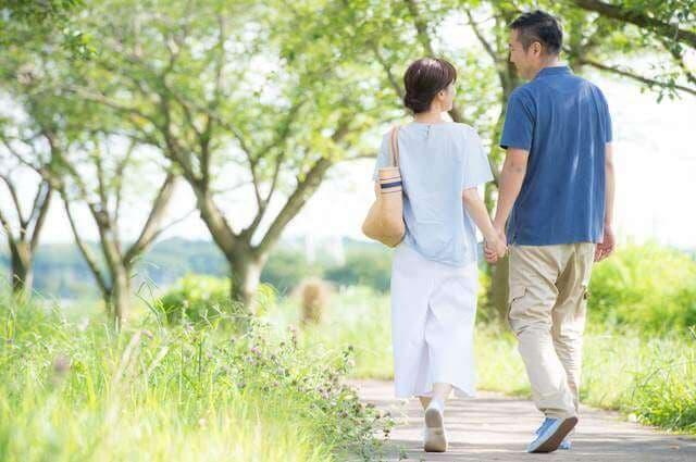 夫婦が散歩するイメージ