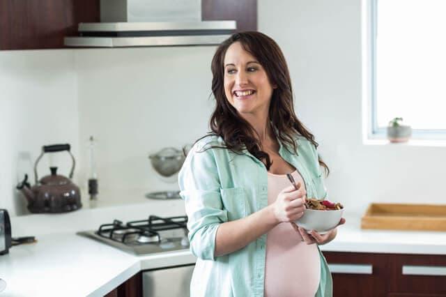 妊婦とグラノーラ