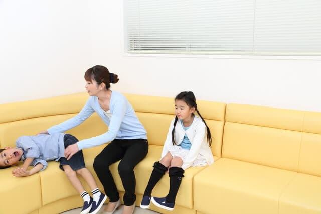 病院の待合室で待つ子ども