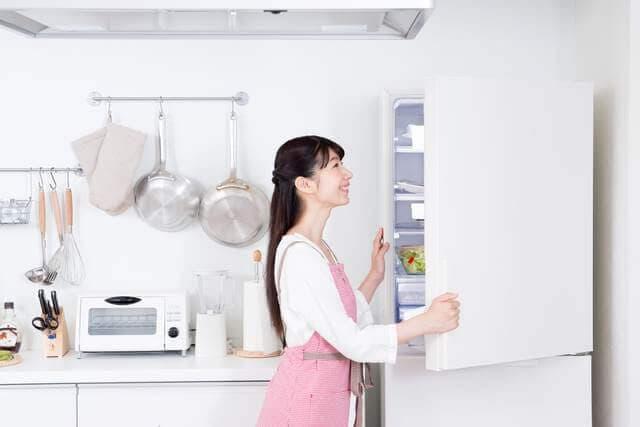 冷蔵庫をあけるママ
