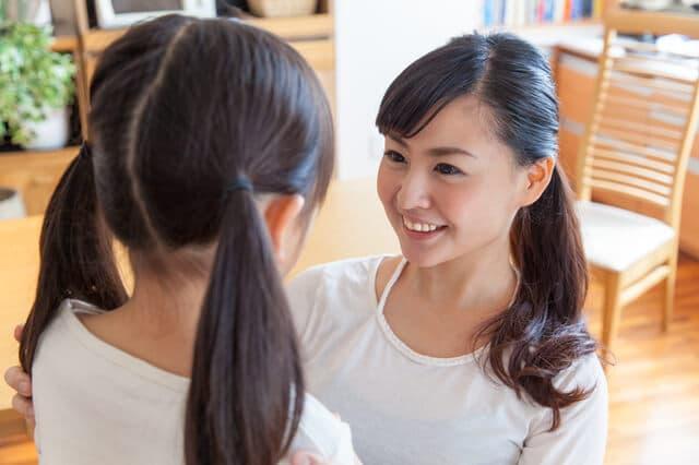 白いシャツのお母さんと娘