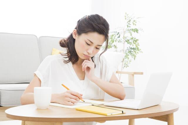 質問表を書く女性