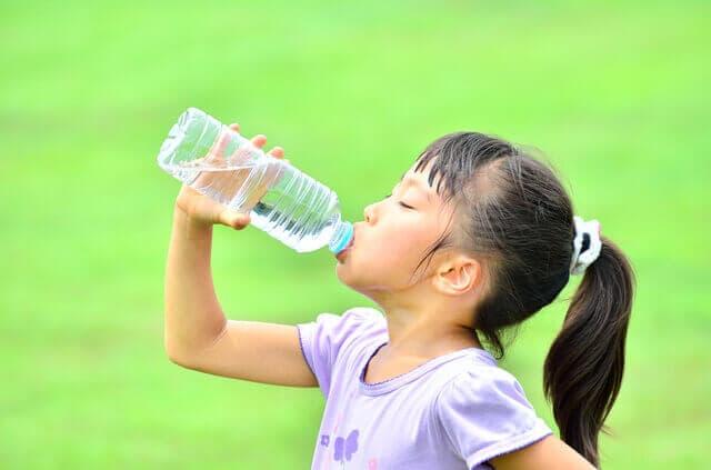 水を飲む少女