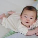 まもなく首すわり!赤ちゃんのうつぶせ寝の上手な練習方法と注意点