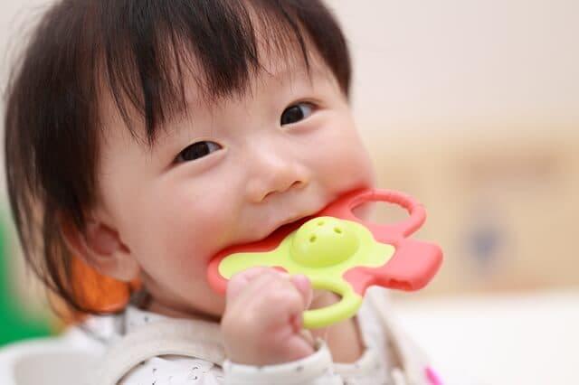 おもちゃであそぶ赤ちゃん
