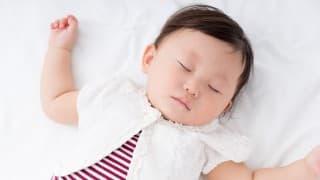 可愛さ爆発!赤ちゃんはなぜ、いつもバンザイして眠るのか!