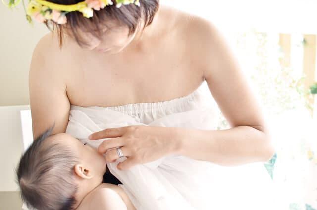 母乳をあげる母