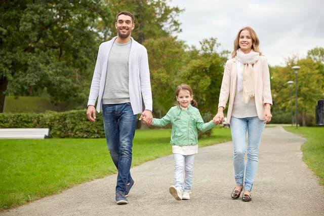 散歩する3人親子