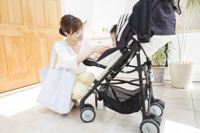 お母さんとベビーカーの赤ちゃん