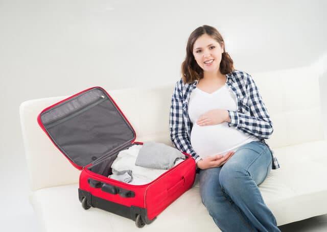 旅行に行く妊婦