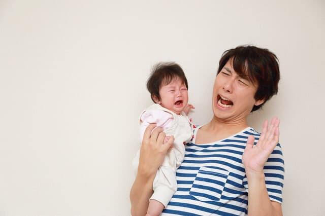 泣いている赤ちゃんとパパ