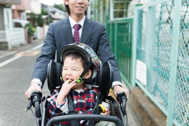 自転車に乗るパパと子ども