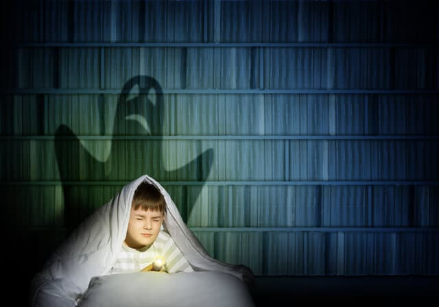 影に怯える少年