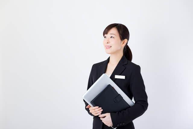 書類を持つスーツ姿の女性