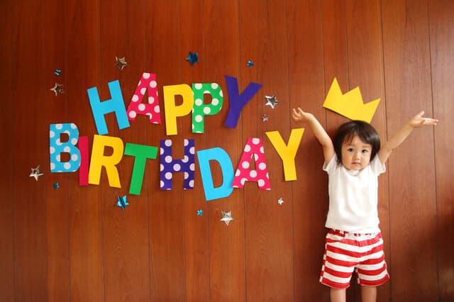 誕生日の2歳の子ども