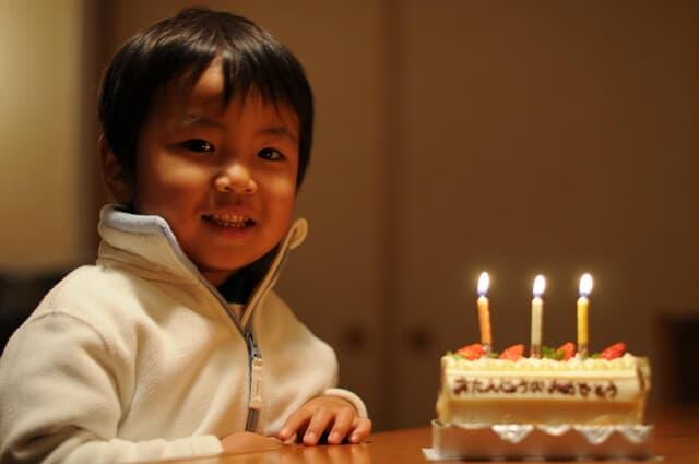 3歳の誕生日の子ども