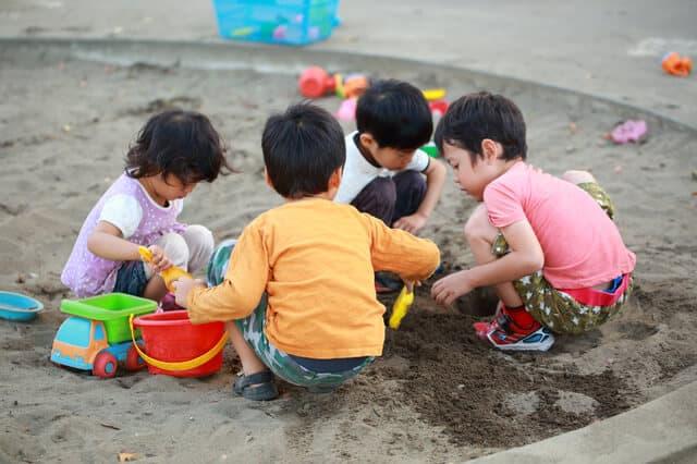仲良くお砂場遊びする子供達