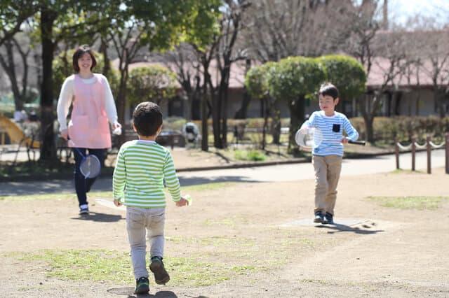 保母さんと遊ぶ子供達