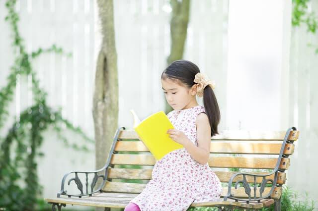 庭で読書する女の子