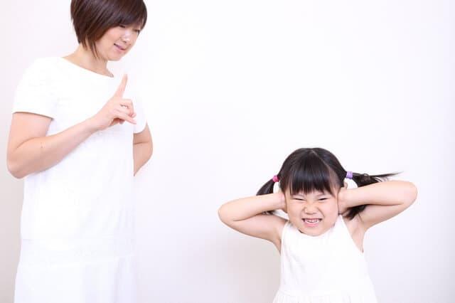 母親に叱られる女の子