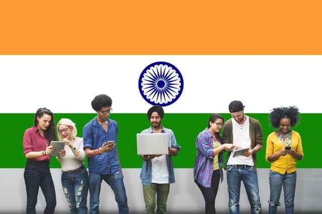 インドの国旗と若者たち