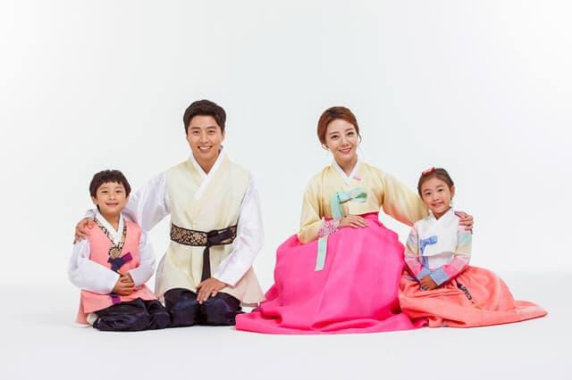 韓服を着たアジアの家族