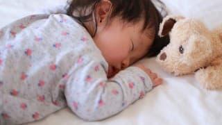 赤ちゃんがうつぶせから戻れない?戻れずに泣いている時の対応法