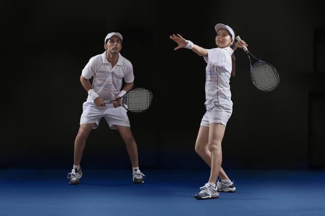 男女のテニスプレイヤー