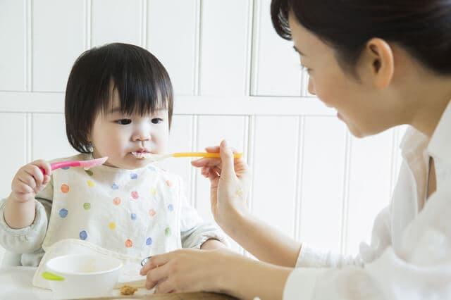 お母さんと食事中の子ども